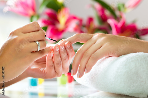 Tuinposter Manicure Frau im Nagelstudio erhält Maniküre