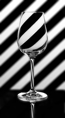 Plakat Calice di cristallo su sfondo bianco e nero a strisce oblique