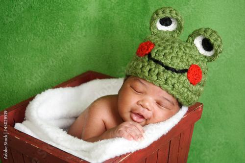 usmiechnieta-nowonarodzona-chlopiec-jest-ubranym-zielonego-szydelkujacego-zaba-kapelusz
