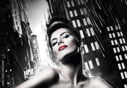 Photo  attractive brunette woman with red lips in rainy city