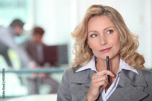Photo  thoughtful blond woman