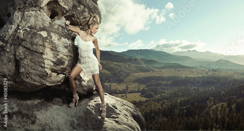 Poster Gris Young lady posing in mountain