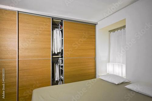 moderna camera da letto con armadio di legno – kaufen Sie dieses ...