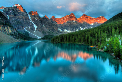 Spoed Foto op Canvas Canada Moraine Lake Sunrise Colorful Landscape