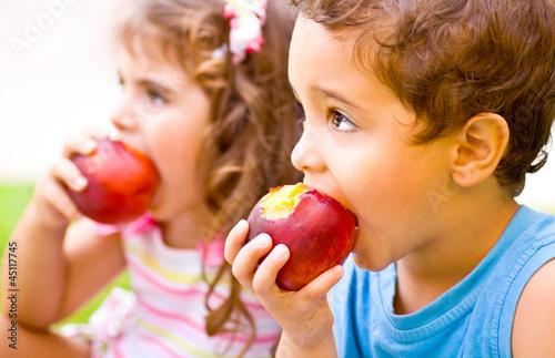 Photo  Happy children eating apple