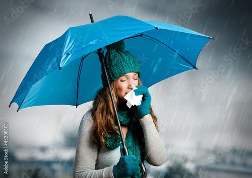 Fotografie, Obraz  umbrella 04/Frau mit Taschentuch und Regenschirm beim niesen