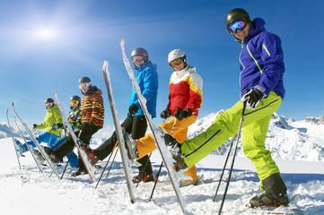 Gruppe Skifahrer mit Ski hoch