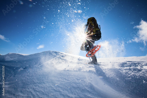 Cadres-photo bureau Glisse hiver Hiker in winter mountains snowshoeing