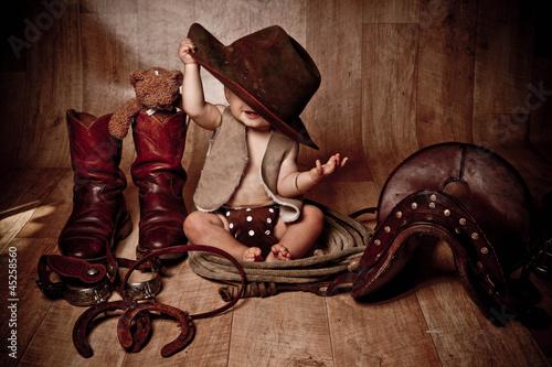 Foto bébé qui se cache - bébé cow-boy