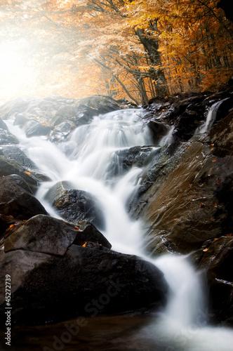 wodospad-na-rzece-przez-las-jesienia