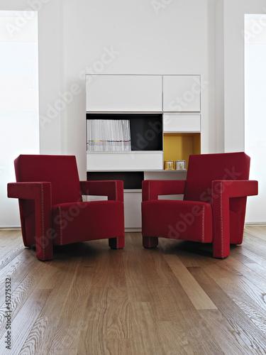 Poltrone Moderne.Due Moderne Poltrone Rosse In Soggiorno Col Parquet Buy