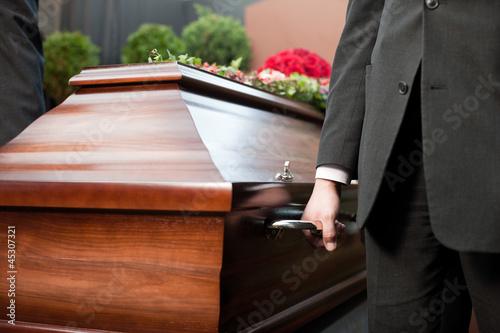 Beerdigung mit Sarg Fototapete