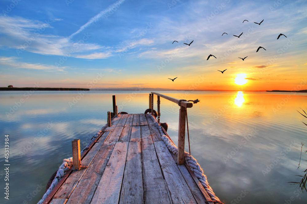 Fototapety, obrazy: Piękny zachód słońca nad jeziorem z drewnianą kładką