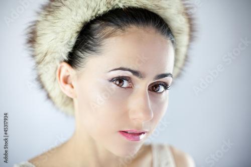 Fototapeta Śliczna młoda dziewczyna w futrzanej czapce obraz