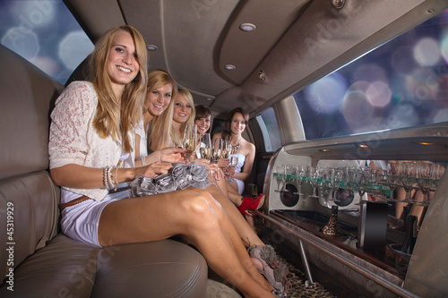 Photographie  Junge Damen in Party Laune, Stretch Limousine