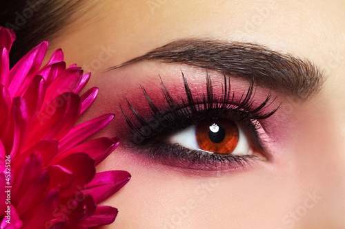 piekny-makijaz-oczu-z-kwiatkiem-aster