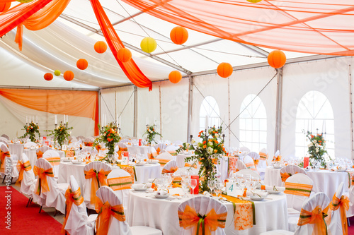 Obraz an image of tables setting at a luxury wedding hall - fototapety do salonu
