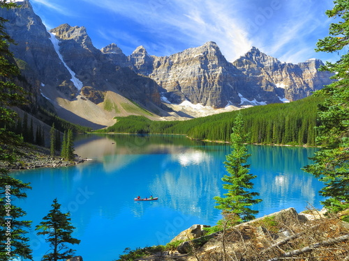 Poster Bergen Vivid hues of Lake Moraine at Banff National Park, Canada