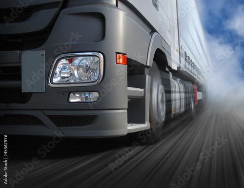 Fahrender Lastwagen #45367976