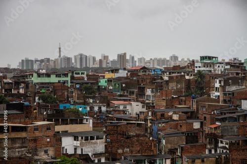 Vászonkép contraste favela y ciudad
