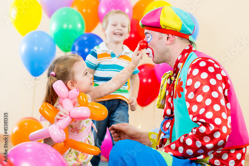 Fotografia happy children and clown on birthday party