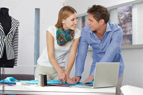 Modedesigner arbeiten gemeinsam an Entwurf