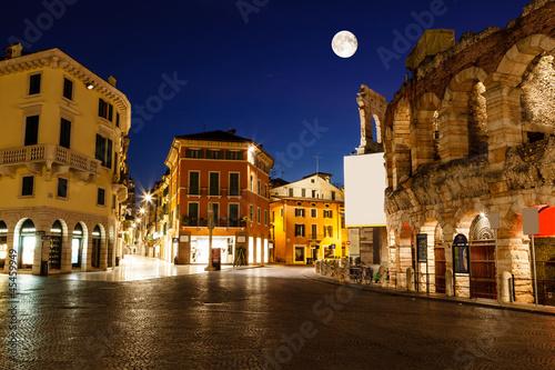 In de dag Volle maan Full Moon above Piazza Bra and Ancient Roman Amphitheater in Ver
