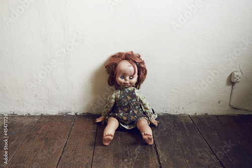 Fotografie, Obraz  Damaged Vintage Doll