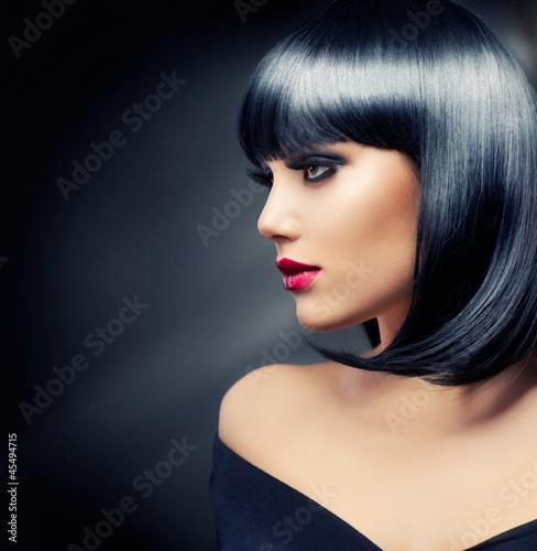 Naklejka premium Piękna Brunetka Dziewczyna. Zdrowe czarne włosy
