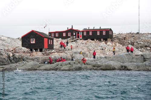 Foto auf Gartenposter Antarktika Museum and station in Antarctica