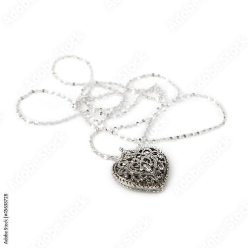 Foto  Silberne Herz Anhänger Halskette, isoliert auf weiss