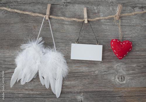 czerwone-serce-i-skrzydla-aniola-na-sznurku