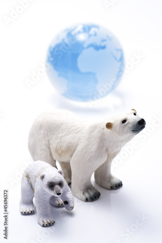 Tuinposter Ijsbeer シロクマの親子の人形と地球儀