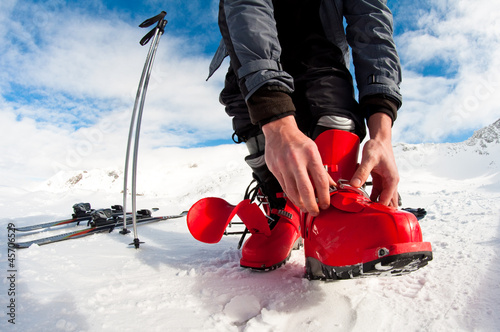 Fotomural  getting ready for skiing - fastening the boots