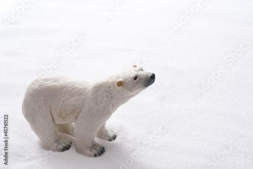 雪の背景にシロクマ