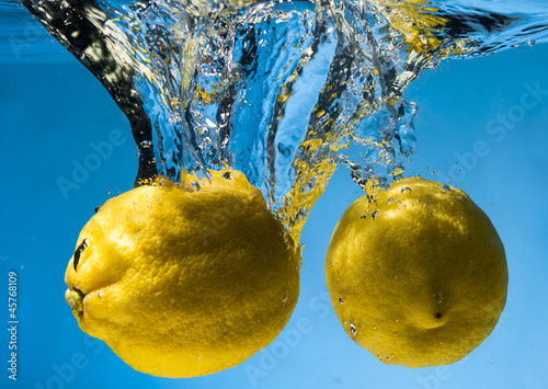 Poster Eclaboussures d eau Lemon and water bubbles. Fresh fruits and clean water
