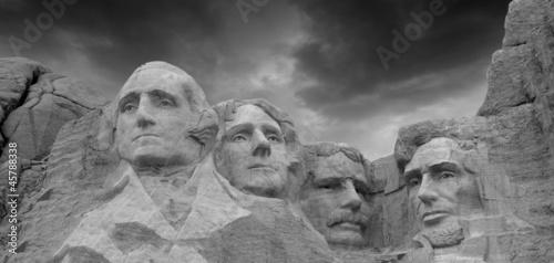 dramatyczne-niebo-nad-mount-rushmore-national-memorial