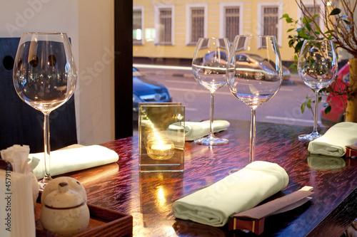 stol-ze-szklankami-swieca-recznikami-patykami-z-widokiem-na-ulice