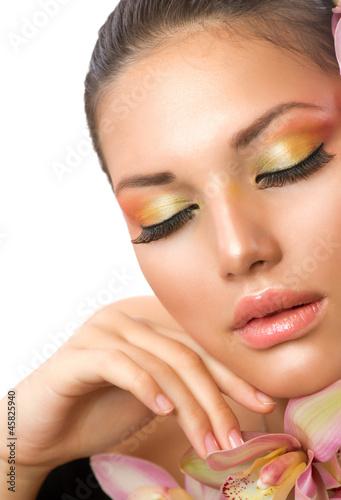 piekna-twarz-kobiety-idealny-makijaz
