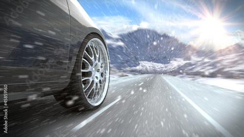 Auto auf winterlicher verschneiter Straße Canvas-taulu