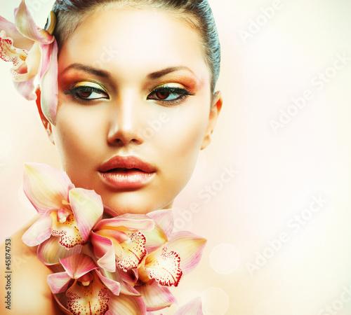 piekna-dziewczyna-z-kwiatami-orchidei-beauty-woman-f