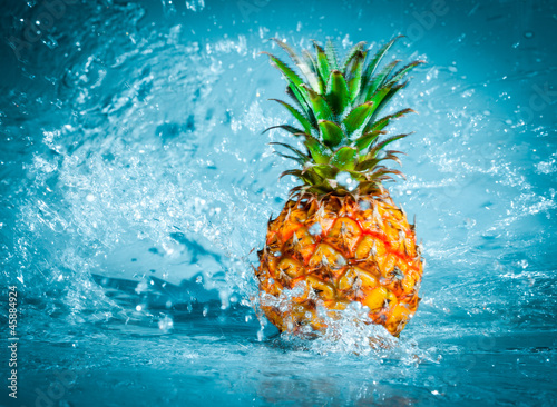 Spoed Foto op Canvas Opspattend water Fresh pineapple