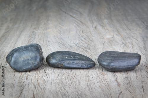 Photo sur Plexiglas Zen pierres a sable Round stones on wooden texture for a spa.