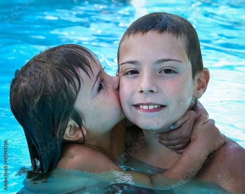 Fotografie, Obraz  bisou dans la piscine