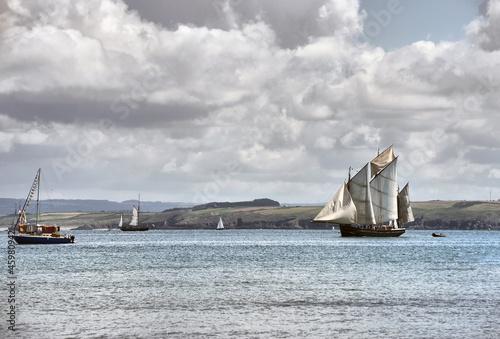 statek-plywa-na-morzu