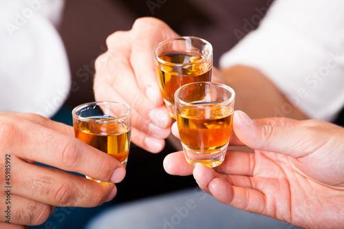 Papel de parede Männer beim Anstoßen mit Rum