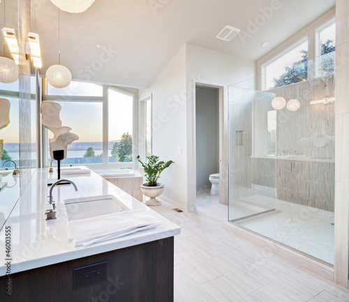 Fotografija  Beautiful Bathroom in Luxury Home