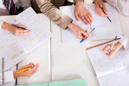Fotografía  overhead view of teacher tutoring students in classroom