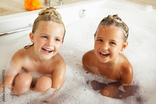Valokuva Two Girls Playing In Bath Together