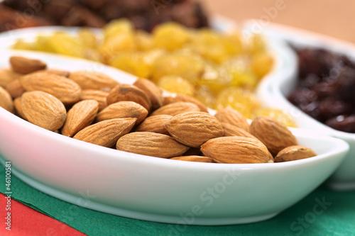 Fotografía  Almonds, sultanas and raisins in small bowls